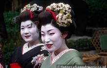 Japonki w tradycyjnych kimonach i misternym makijażu