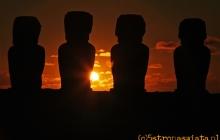 Moai o zachodzie słońca