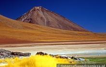Spalone słońcem wulkaniczne krajobrazy Boliwii