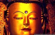 Wielki Budda w tybetańskiej świątyni